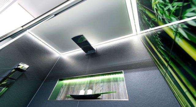 Dusche mit LED-Deckenbeleuchtung